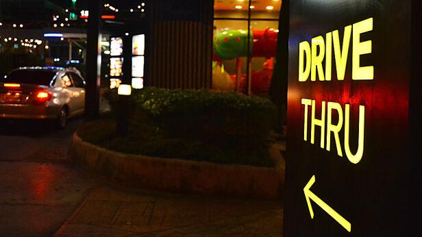 Restauracja drive thru (zdjęcie ilustracyjne) Shutterstock